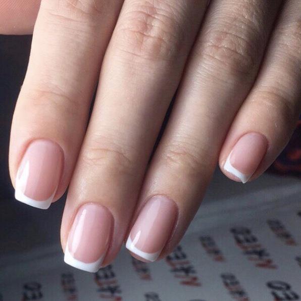 френч покрытие ногтей, комбинированный маникюр в салоне красоты NATEO